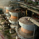 Cementfabriken i Stora Vika. Under några år användes en flotationsavdelning där oönskade ämnen i stenen sorterades bort genom tillsats av olika kemikalier. På bilden syns tre centrifuger i vilka grovslammet delades upp i grovt och fint. Foto Lena Knutson Udd 2006