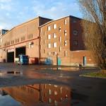 Plåtverkstadens östra fasad på Götaverken. Längst till höger i bild syns personalbyggnaden. Foto Lena Knutson Udd 2016