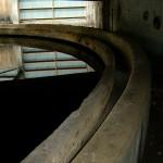 Cementfabriken i Stora Vika. Här tillverkades cement enligt den äldre våtmetoden där kalksten och lera maldes tillsammans med stora mängder vatten. I ugnshuset fanns två stora avsättningsbassänger där råslammet förtjockades. Foto Lena Knutson Udd 2006