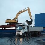 Cementfabriken i Degerhamn. Kol är en av de varor som anländer till Degerhamn med båt. Här pågår lossning av Nor Viking och lastbilar med kol kör mellan hamnen och fabrikens kolupplag. Foto Lena Knutson Udd 2010