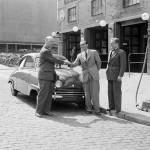 Industrihistoriska arkivutredningar - Tre män vid en bensinpump från Shell utanför Automobilpalatset i Stockholm